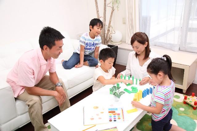 ドミノで遊ぶ家族