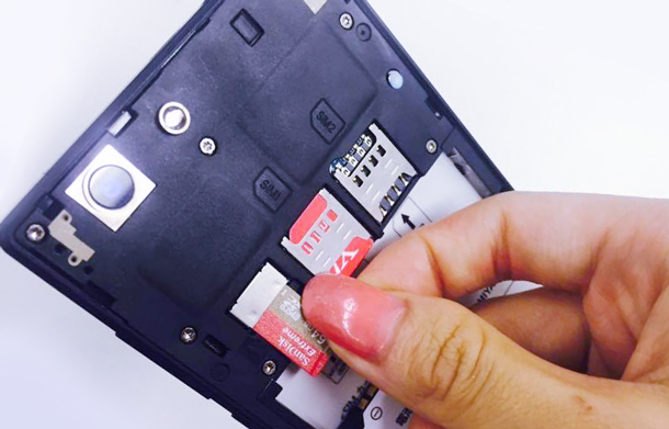 スマートフォンにSDカードを入れる