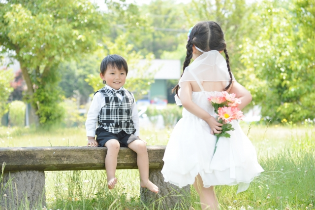 男の子に花を渡そうしている女の子