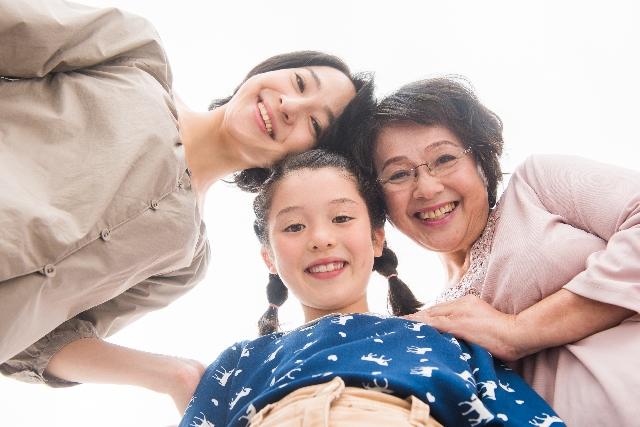 女の子とママとおばあちゃん