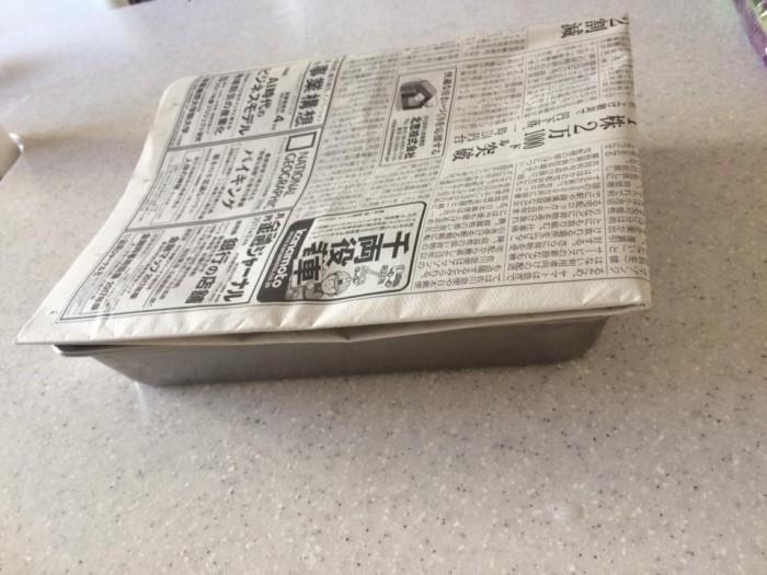 あさりの塩抜き、新聞紙で暗くしている