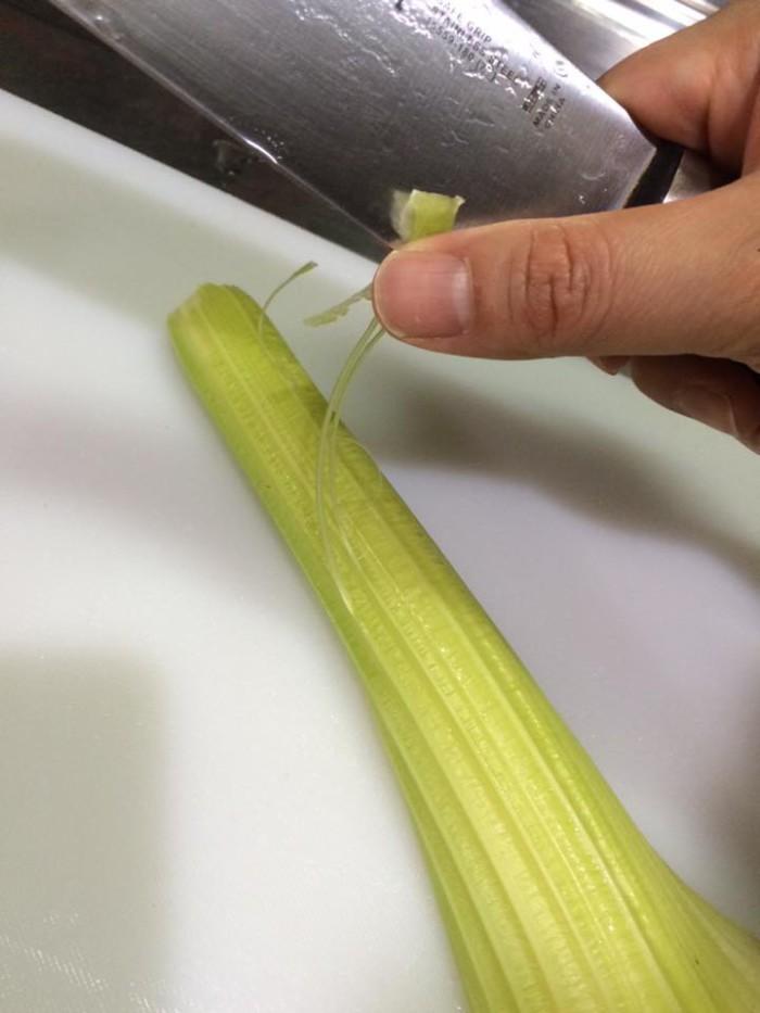 茎の部分は筋をピーラーなどで取る。