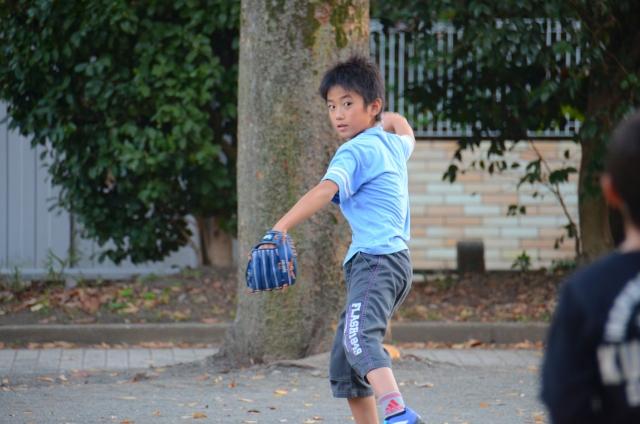 キャッチボールをしている子ども