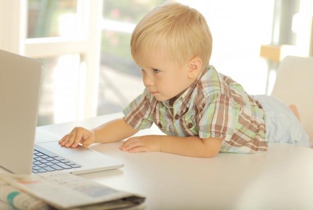 パソコンを操作する子ども