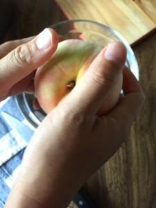 カットした桃を2つに分ける