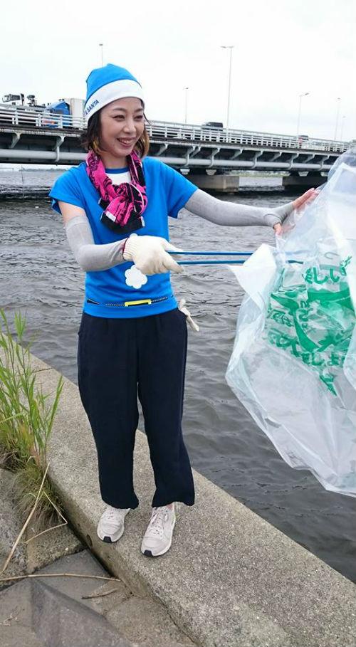 ブルーサンタでゴミ拾いをしている女性