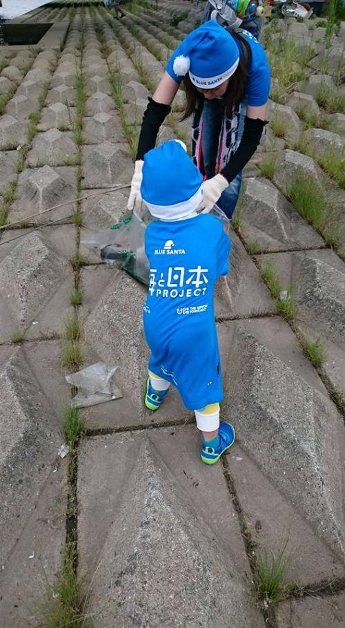 3歳の男の子ゴミ拾い