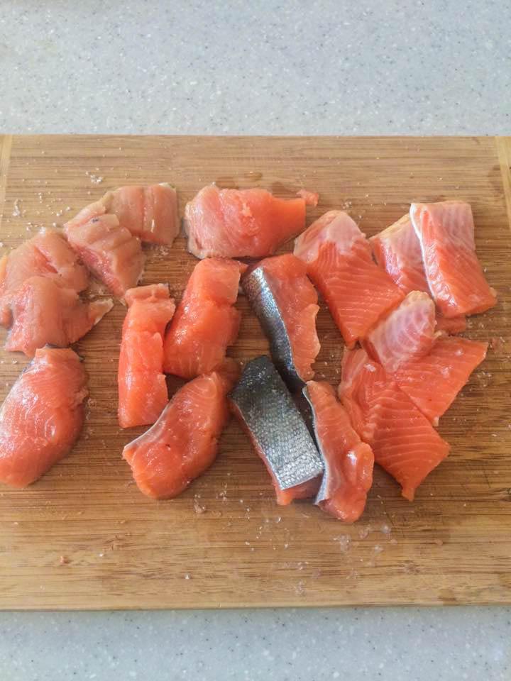 鮭をひとくち大のそぎ切りにする