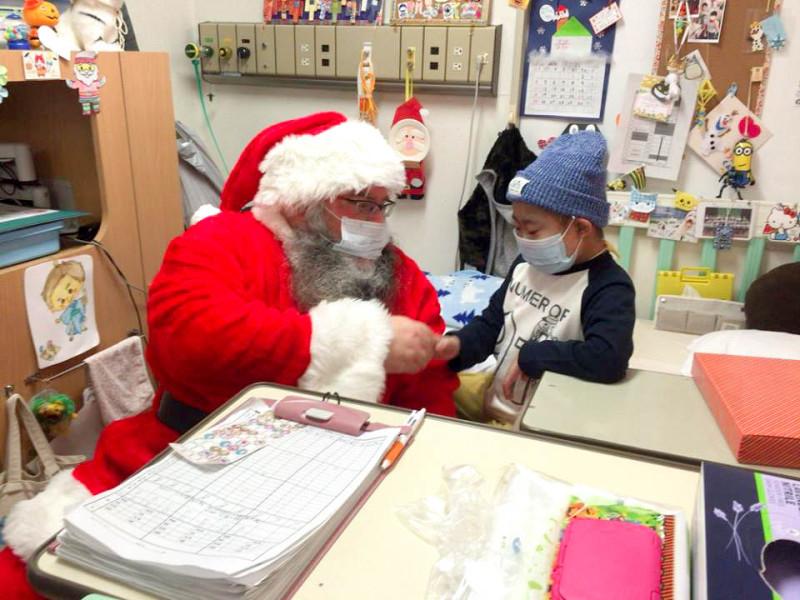 サンタさんが子供と握手