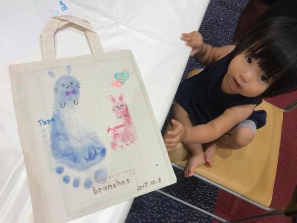 手形足形アートでオリジナルバッグと女の子