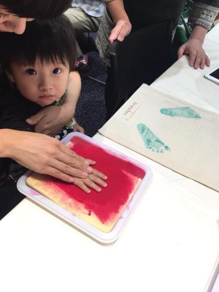 手にインクを付ける子ども
