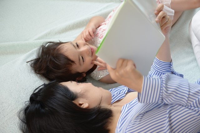 読み聞かせをするママと女の子