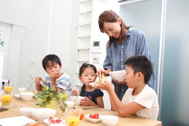食事中のママと子どもたち