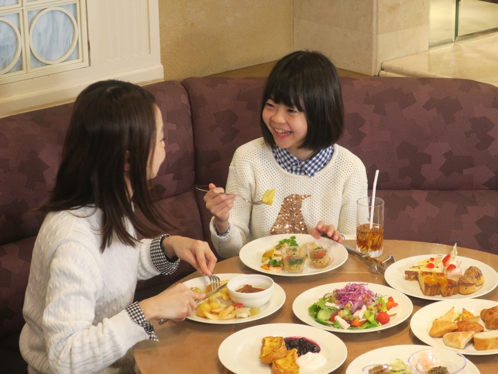 浦安ブライトンホテル東京ベイで食事をする姉妹