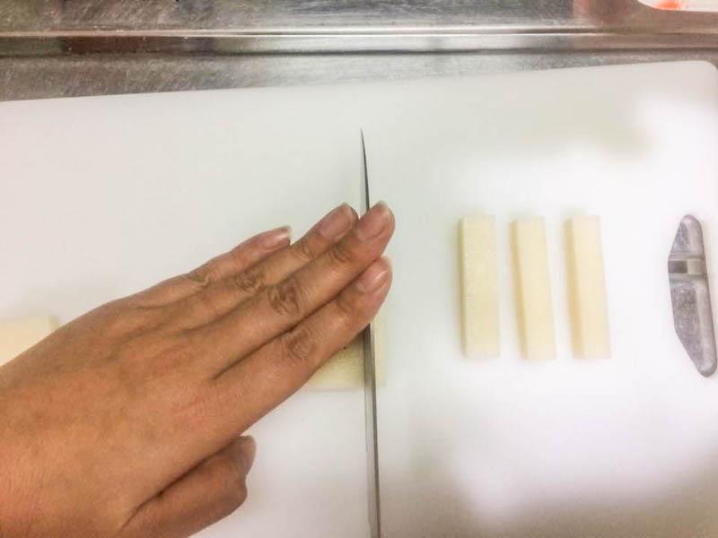 餅を包丁で切る
