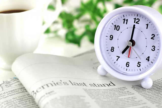 目覚まし時計と新聞