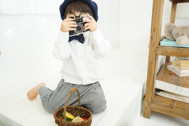 カメラで遊ぶ子ども