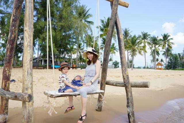 ビーチで遊ぶママと子ども