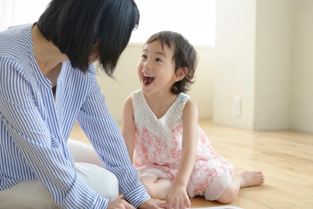 ママの前で笑顔の女の子