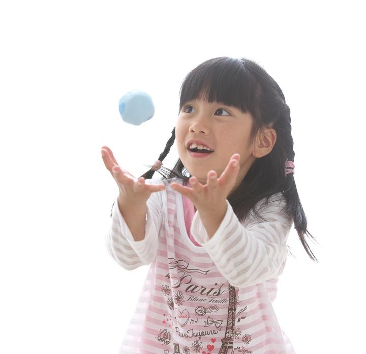 お手玉で遊ぶ女の子