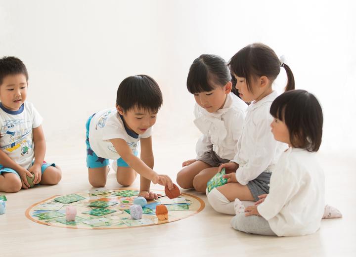 おてだまですごろく遊びをする子どもたち