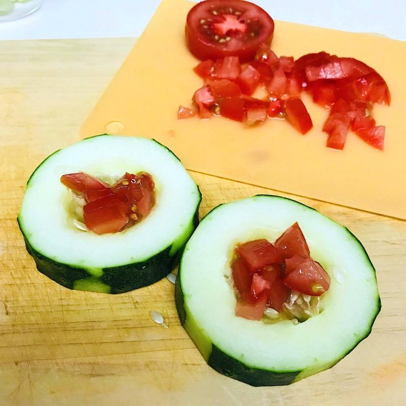 くり抜いた部分にトマト