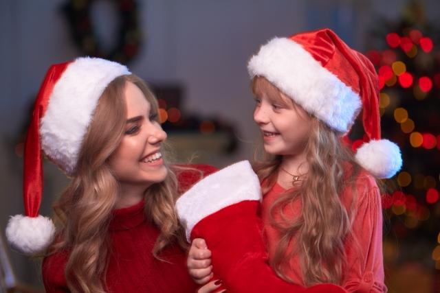 サンタクロースの衣装を着たママと娘