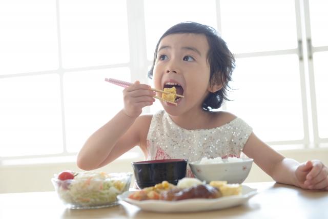 ごはんを食べている女の子