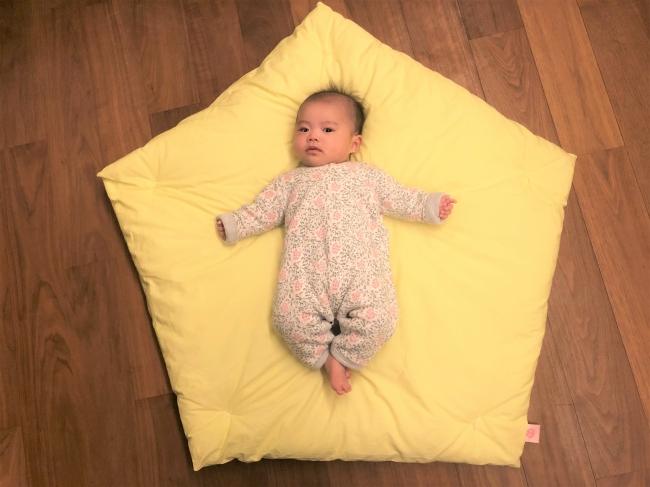 専用カバーの上の赤ちゃん