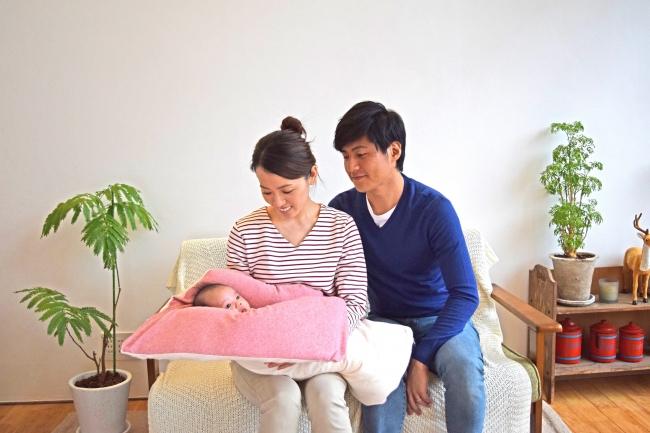 赤ちゃんをあやすパパとママ