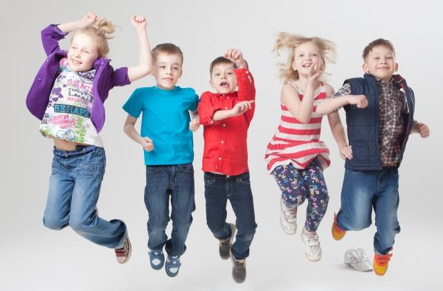 ジャンプする子どもたち