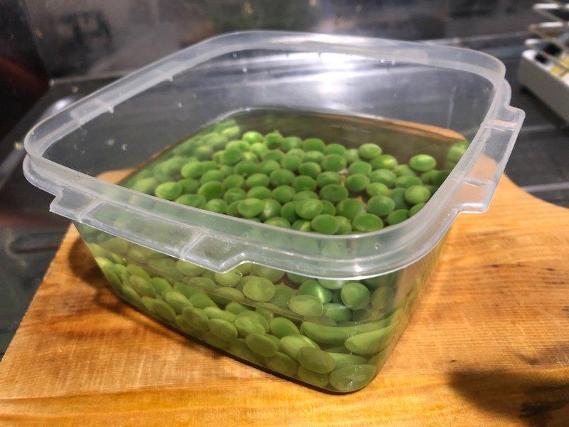えんどう豆を保存容器に入れる