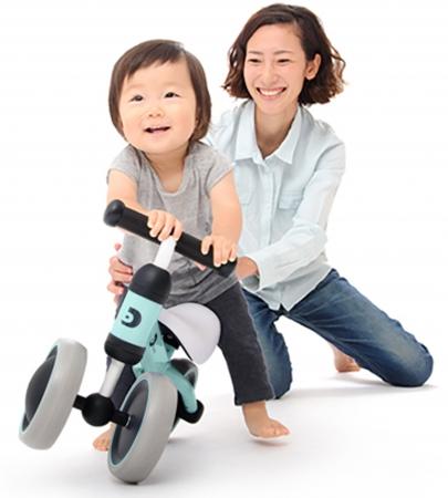 バイクに乗る子どもとママ