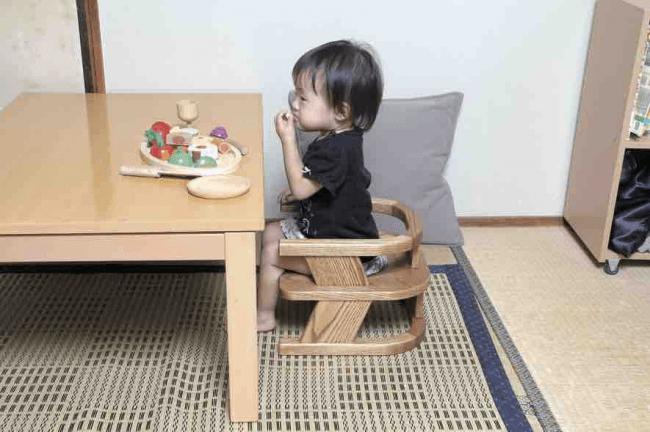 木製イスに男の子が座る