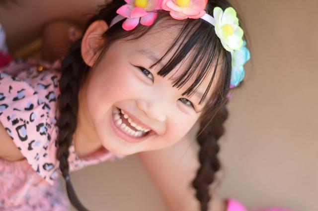 覗きこんで笑いかける女の子