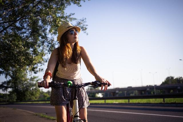 自転車に乗る女性のイメージ