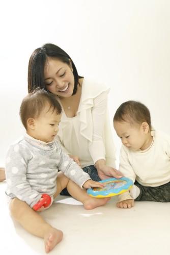 子ども二人と一緒に遊ぶママ