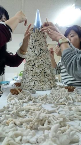 土台のツリーに使用しているサンゴは、本部スタッフが作りあげたものです。