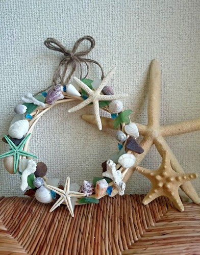 クリスマスリースをサンゴや貝殻で作ります。