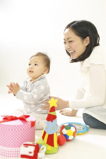 ママと赤ちゃんが一緒に遊ぶ