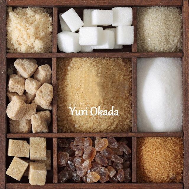 ケースに入った色んな種類の砂糖