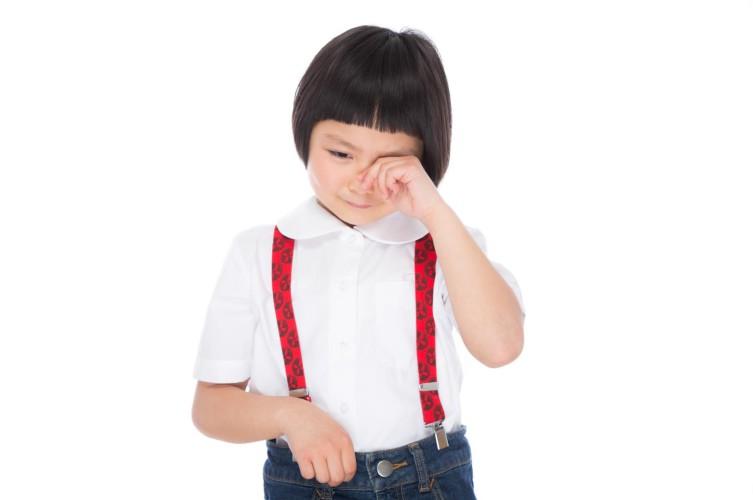 泣きべそかいている女の子