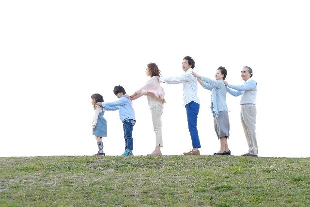 丘の上で並んでる家族