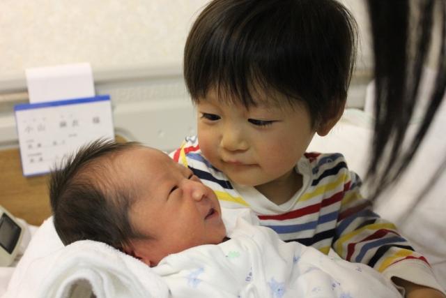 赤ちゃんを見つめるお兄ちゃん