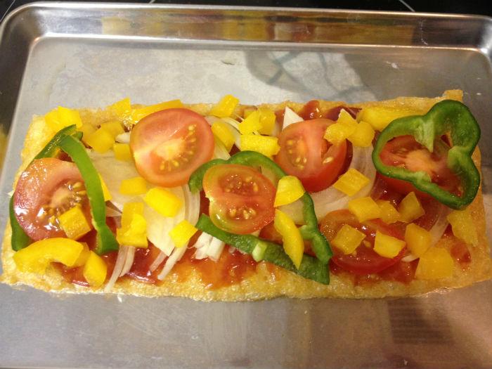 お揚げピザに野菜を乗せる