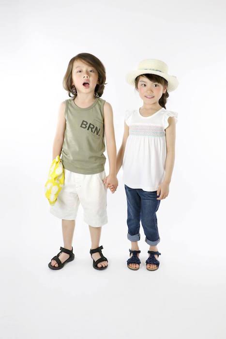 タンクトップの男の子と女の子