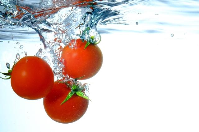 水に使っているトマト