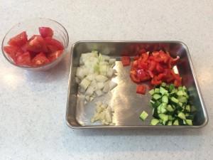 刻んだ野菜を並べる