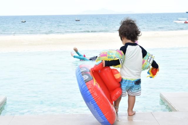 海に入ろうとしている子ども