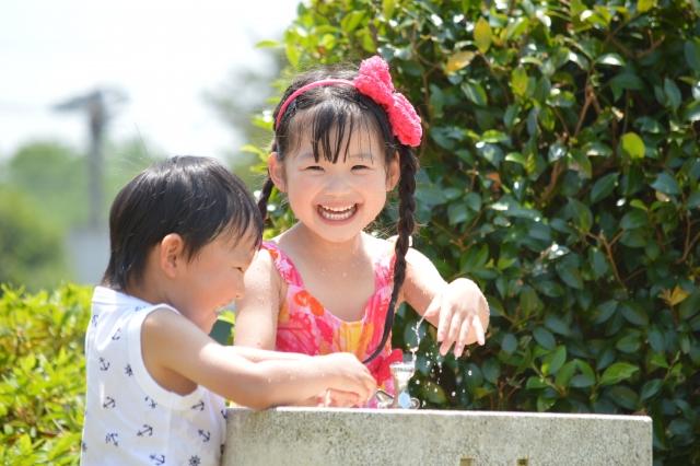 水遊びをする女の子と男の子